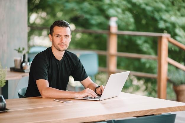 Młody człowiek z laptopem pracuje od domu
