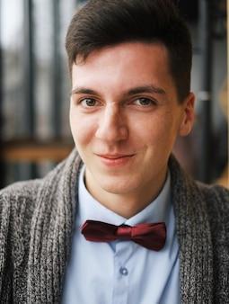 Młody człowiek z miejskim hipster wygląd człowieka w kawiarni