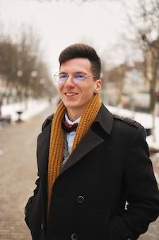 Młody człowiek z miejskim wygląd w nowym jorku.