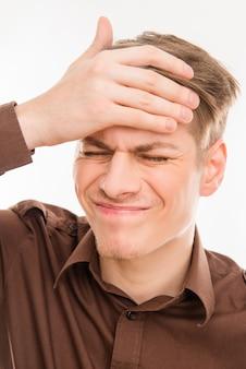 Młody człowiek z migreną dotykając jego głowy