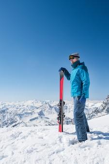Młody człowiek z nartami