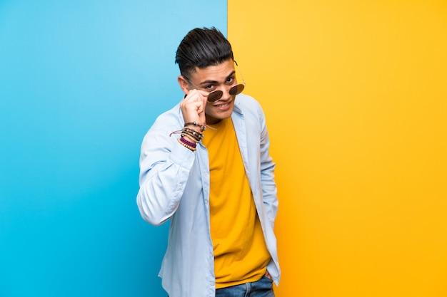 Młody człowiek z okularami przeciwsłonecznymi