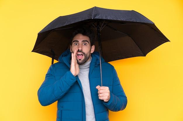 Młody człowiek z parasolem