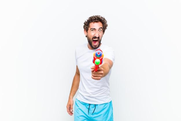 Młody człowiek z pistoletem na wodę
