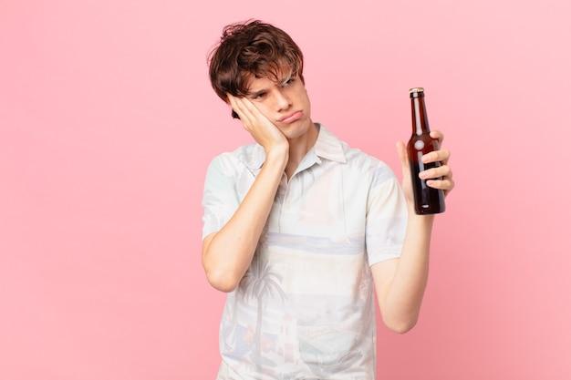 Młody człowiek z piwem