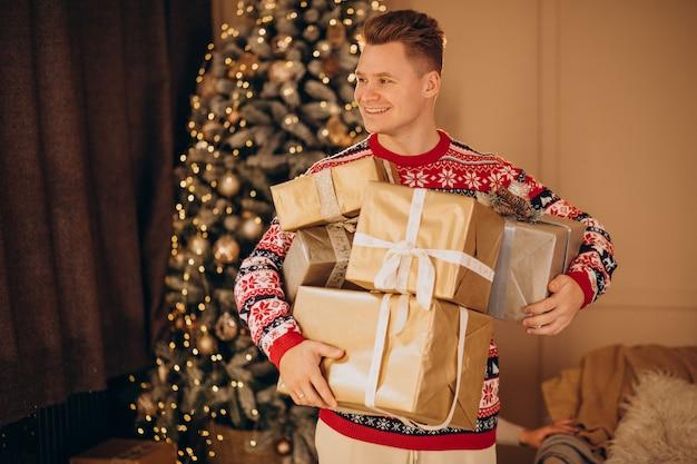 Młody człowiek z prezentami świątecznymi