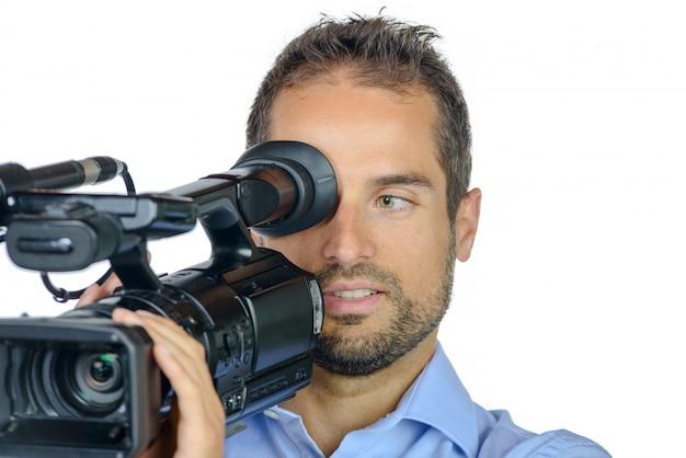 Młody człowiek z profesjonalną kamerą filmową