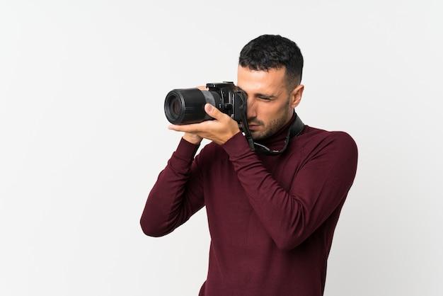 Młody człowiek z profesjonalnym aparatem