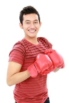 Młody człowiek z rękawic bokserskich