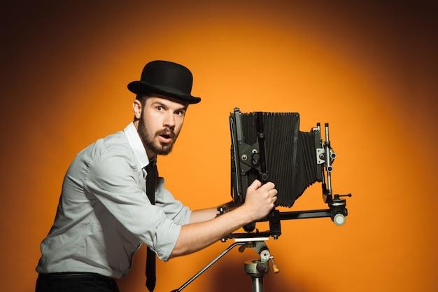 Młody człowiek z retro kamerą