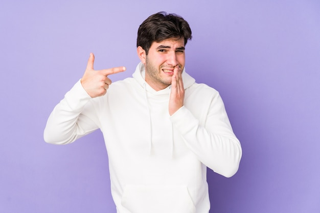 Młody człowiek z silnym bólem zębów, bólem trzonowym.