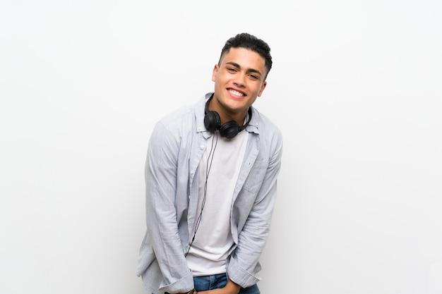 Młody człowiek z słuchawkami