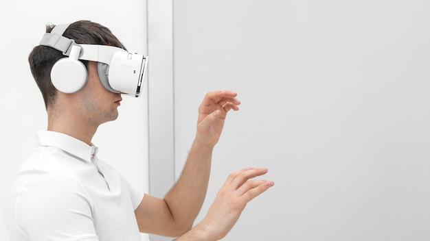 Młody człowiek z symulatorem wirtualnej rzeczywistości
