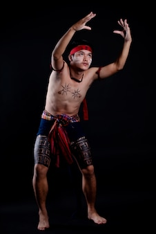 Młody człowiek z tajlandii robi tradycyjny taniec