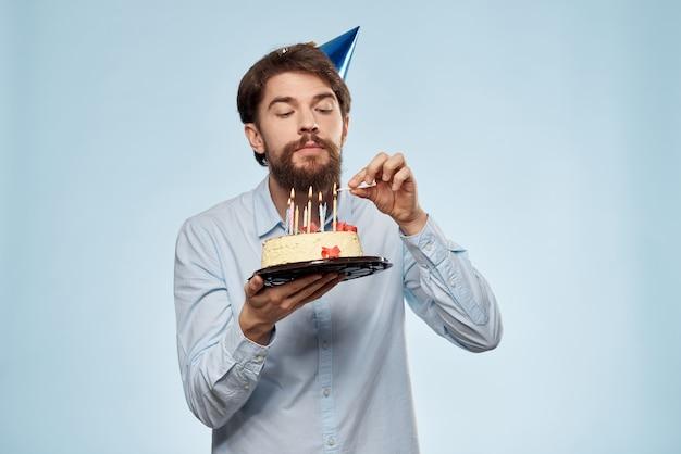 Młody człowiek z tortem urodzinowym