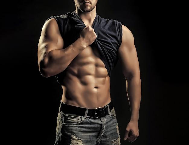 Młody człowiek z umięśnionym ciałem. seksowne gejowskie ciało i atletyczny tors.