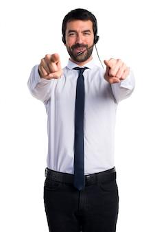 Młody człowiek z zestawem słuchawkowym skierowany do przodu