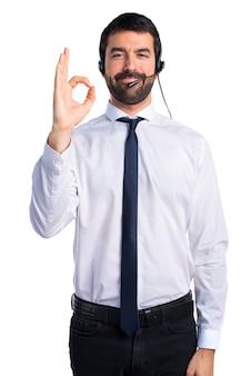 Młody człowiek z zestawu słuchawkowego co ok znak