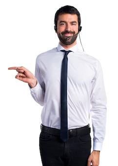 Młody człowiek z zestawu słuchawkowego wskazującego na boczne