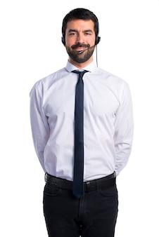 Młody człowiek z zestawu słuchawkowego