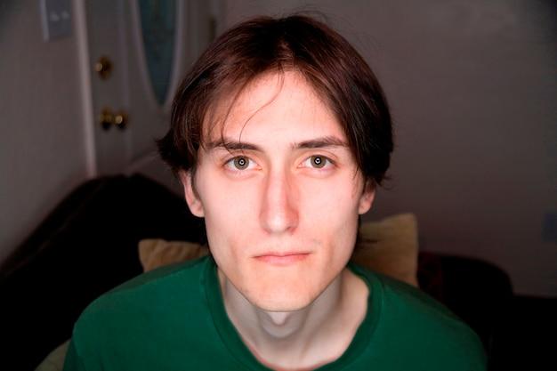 Młody człowiek z zielonym t-shirt