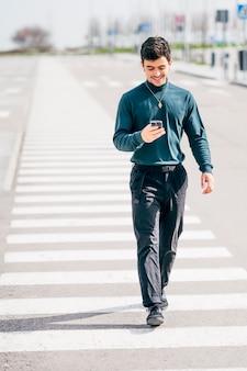 Młody człowiek za pomocą telefonu komórkowego
