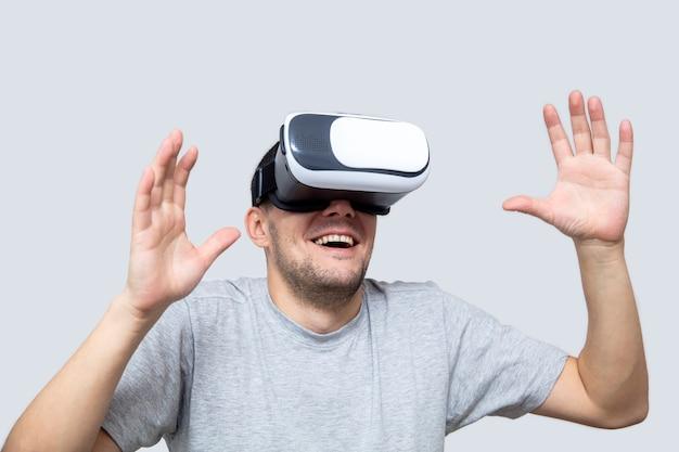 Młody człowiek za pomocą zestawu słuchawkowego vr, doświadczanie rzeczywistości wirtualnej