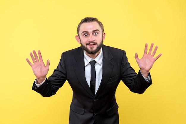 Młody człowiek zadowolony z wyników na żółto