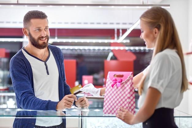 Młody człowiek zakupy w sklepie jubilerskim