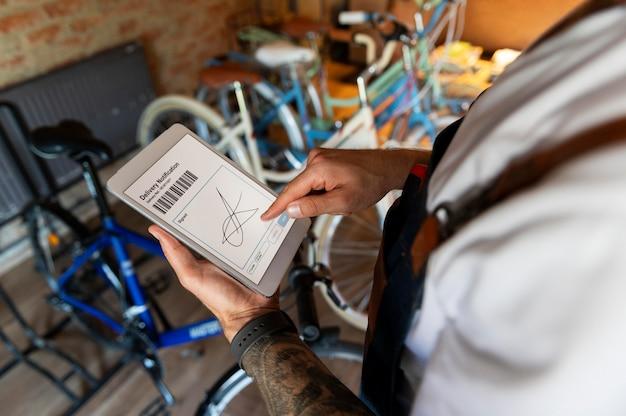 Młody człowiek zarządzający swoim biznesem rowerowym