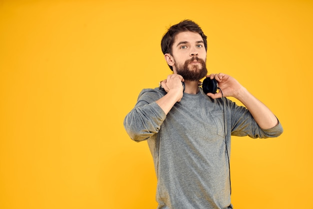 Młody człowiek ze słuchawkami, słuchanie muzyki