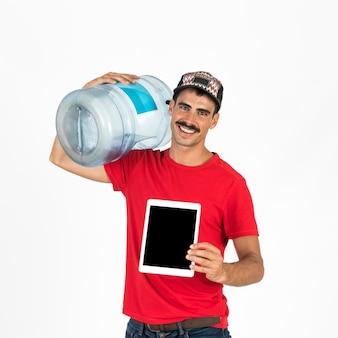 Młody deliveryman z karafką na wodę