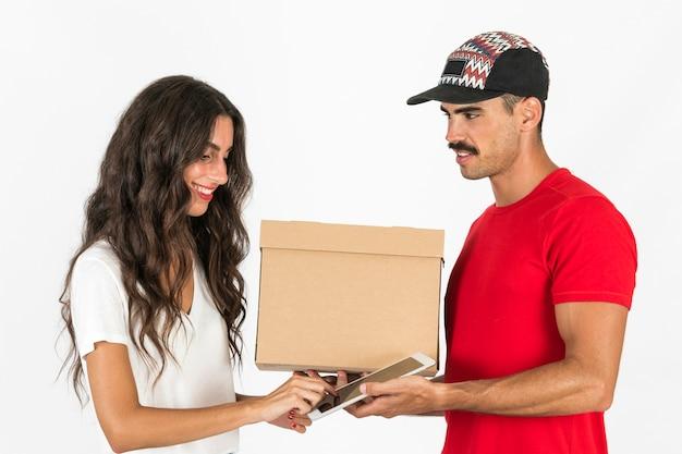 Młody deliveryman z pudełkiem
