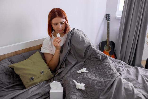 Młody dorosły chory w domu