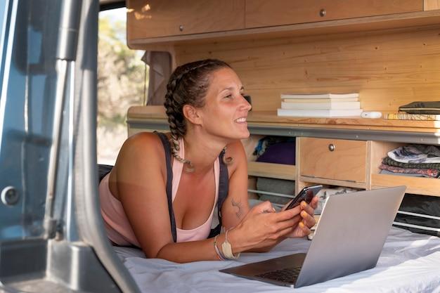 Młody dorosły korzystający z urządzenia cyfrowego podczas podróży