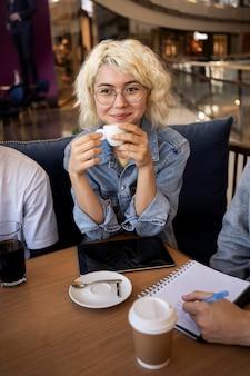 Młody dorosły uczący się w kawiarni