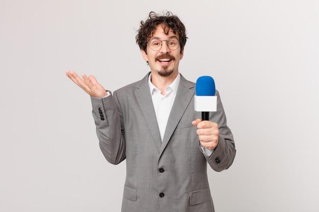 Młody dziennikarz czuje się szczęśliwy, zaskoczony, gdy dostrzega rozwiązanie lub pomysł