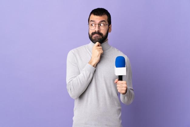 Młody dziennikarza mężczyzna nad odosobnioną ścianą