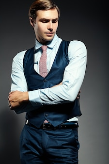 Młody elegancki przystojny biznesmen model mężczyzna w garniturze