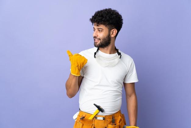 Młody elektryk marokański mężczyzna na białym tle