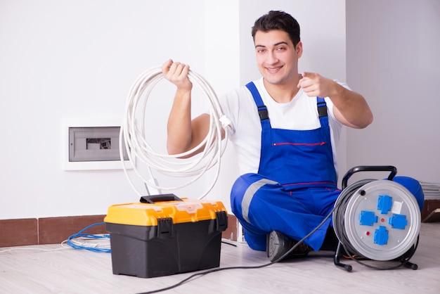 Młody elektryk pracuje na nasadce w domu