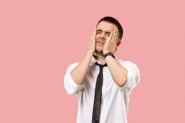Młody emocjonalnie zaskoczony i sfrustrowany mężczyzna