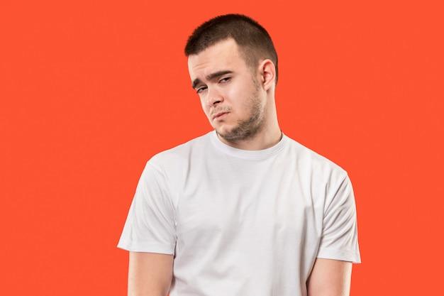 Młody emocjonalnie zaskoczony, sfrustrowany i oszołomiony mężczyzna