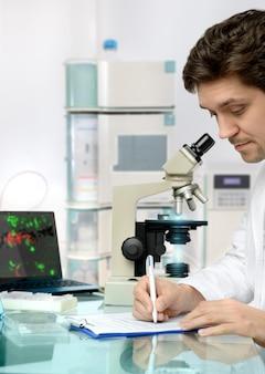 Młody energiczny męski technik lub naukowiec pracuje w ośrodku badawczym