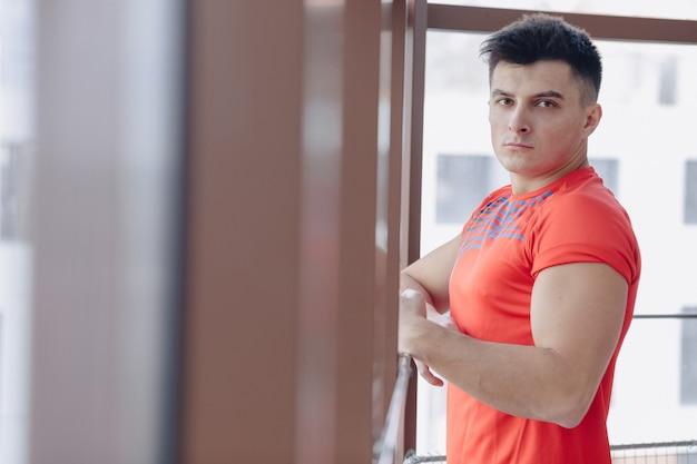 Młody facet w oknie