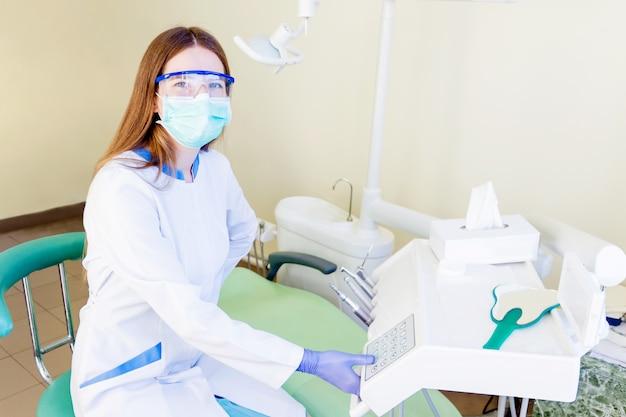Młody fachowy dentysty uczeń w klinice