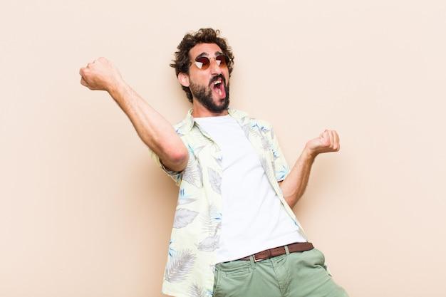 Młody fajny brodaty mężczyzna tańczy