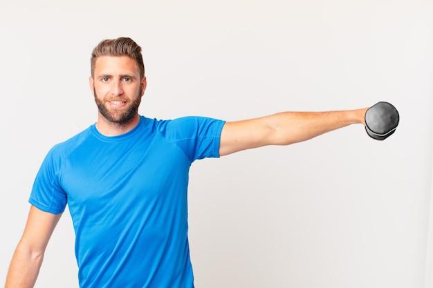 Młody fitness człowiek podnoszący hantle