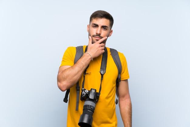 Młody fotograf człowiek myśli