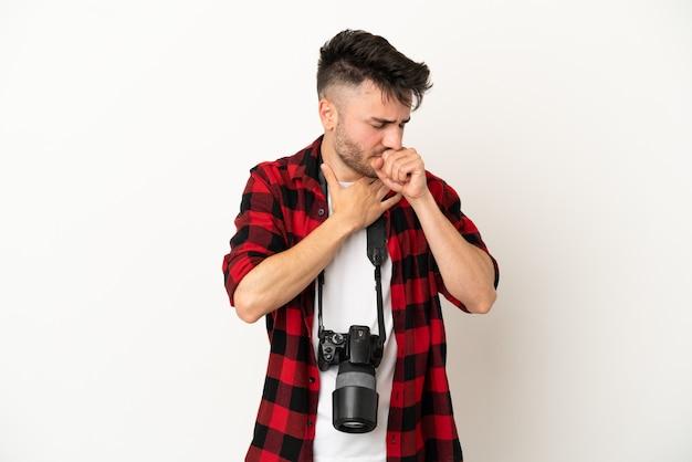 Młody fotograf kaukaski mężczyzna na białym tle cierpi na kaszel i źle się czuje